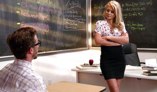 Блондинка училка соблазнила студента на секс и раздвинула но...