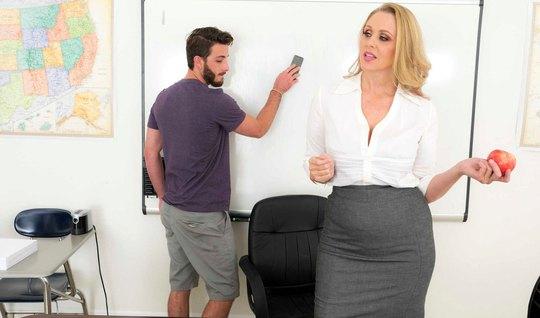 Зрелая блондинка в офисе соблазнила молодого студента на шик...