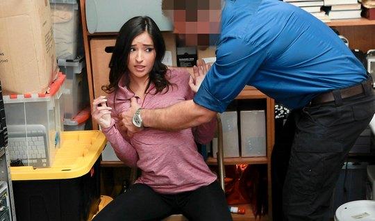 В офисе красотка проходит кастинг на роль похотливой воровки...