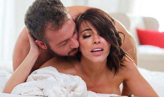 Милая брюнетка с самого утра дарит любовнику нежный минет и ...