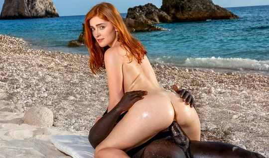 Негра на пляже вставляет большой член в киску рыжей партнерш...