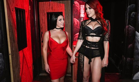 Две соблазнительные девушки с большими сиськами предпочитают...