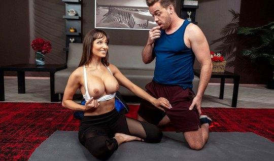 Тренер по йоге трахает членом мамочку с большими сиськами