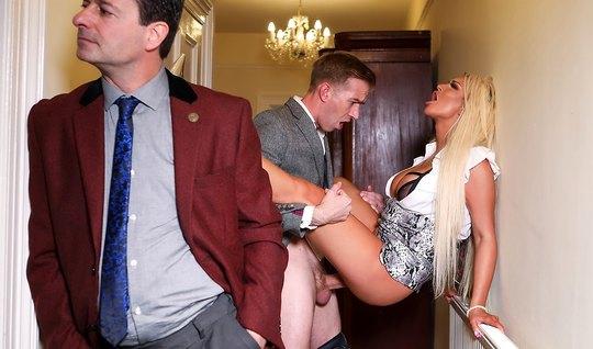 Блондинка с большими сиськами изменяет своему мужу с молодым...