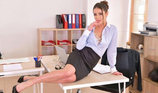 Русская бизнес леди в офисе трахается со своим коллегой по р...