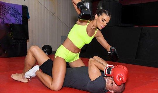 Спортсменка брюнетка подставляет свой анал для реального тра...
