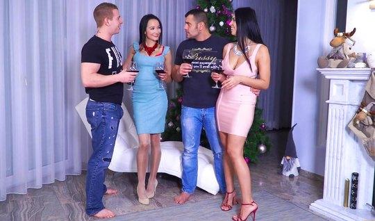 Русский групповой секс двух парней и двух красивых брюнеток