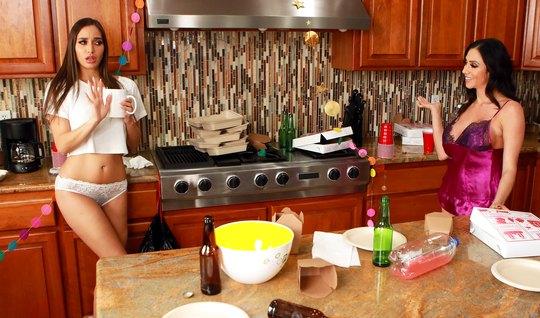 Лесбиянки на кухне подарили друг другу незабываемый секс с о...