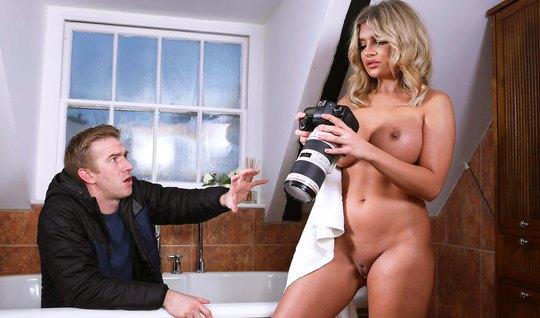Блондинка с большими сиськами впускает член фотографа в свою...