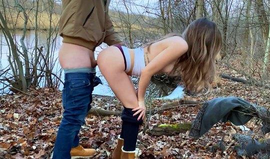 Девушка с парнем на природе снимают свое домашнее порно в по...