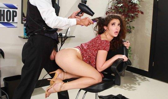 Брюнетка прямо в салоне раздвинула ноги для анала с парикмахером