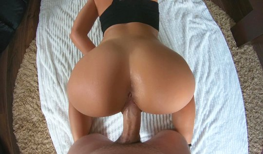 Девушка с большой жопой раздвинула ноги для домашнего порно...