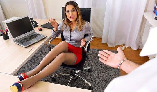 В офисе мужчина подарил своей новой помощнице шикарный анал...