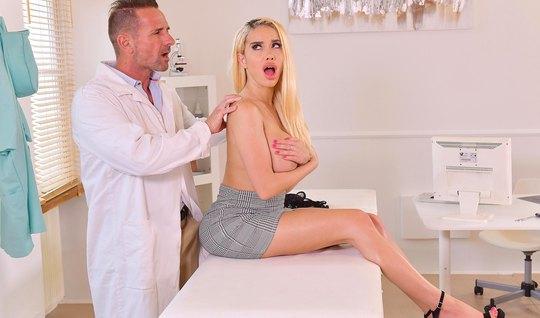 Блондинка с большими сиськами прямо в офисе доктора трахаетс...