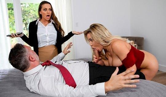 Две красотки с большими сиськами устроили групповой секс с м...
