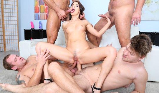 Четыре парня устроили анал и двойное проникновение с Николь ...
