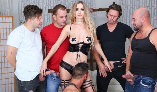 Блондинка в чулках и на шпилях насладилась на оргии двойным проникновением