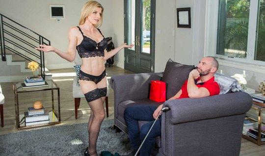 Блондинка показала большие сиськи мужу подруги и поласкала д...
