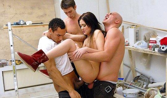 Три русских парня растягивают рот, анус и вагину двойным про...