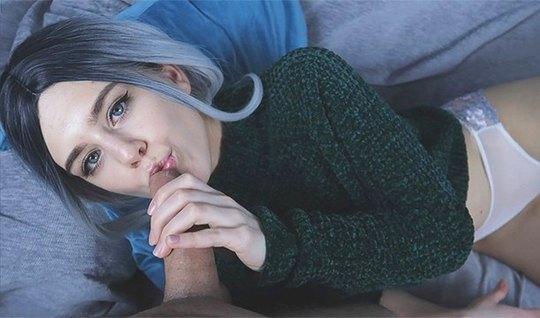 Русская деваха с синими волосами пригубила ртом член в домаш...