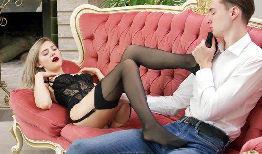 Русская девушка в чулках позволяет своему другу лизать киску...