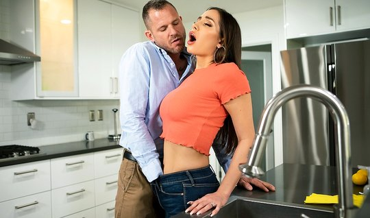 Брюнетка с упругой грудью прыгает на члене развратного брата своего мужа