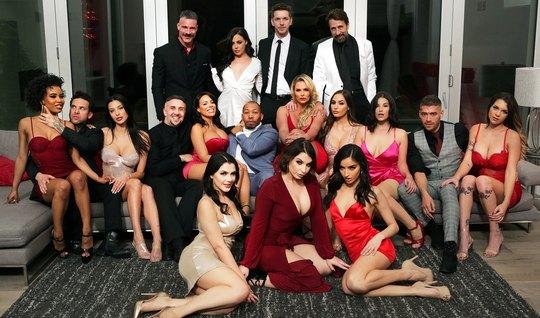 Развратные порно актрисы в одном месте устроили с мужчинами ...