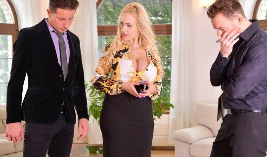 Зрелая блондинка с большими дойками обожает двойное проникно...