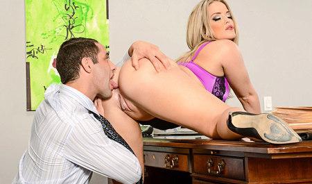 Парень порет начальницу в кабинете офиса...