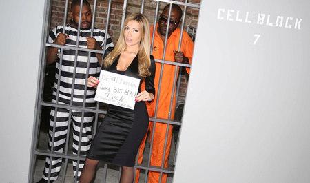 Групповой секс грудастой блондинки с заключенными неграми...