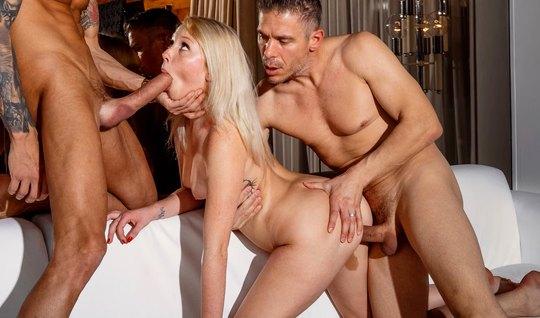 Молодая жена позволила мужу привести домой друга ради группо...