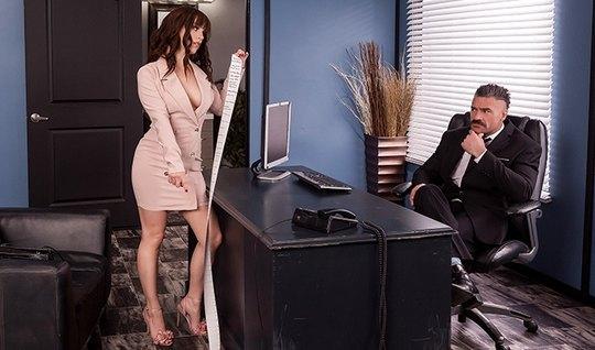 Шикарная помощница прямо в офисе на столе раздвигает ноги дл...