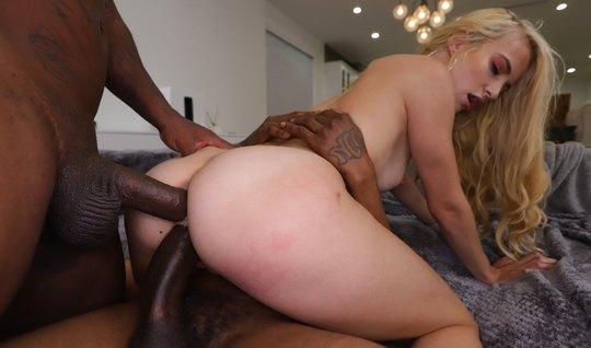 Негры подарили худенькой блондинке страстный секс с двойным ...