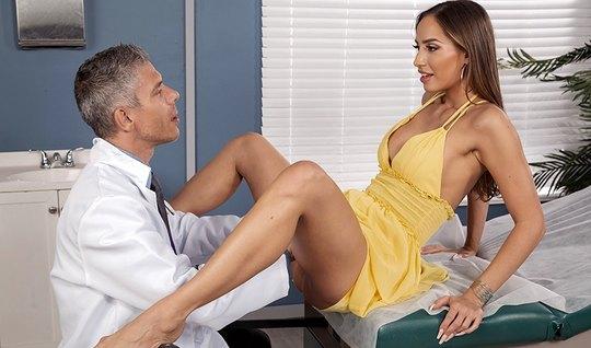 Брюнетка с длинными ногами в кабинете доктора раздвигает сво...