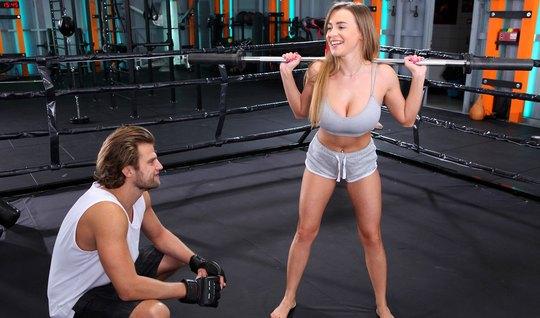 Спортсменка с большими сиськами на ринге получает секс и мощ...