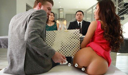 Парень после сделки запихивает в жопу азиатки член и секс иг...