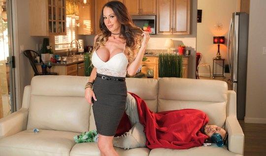 Мамочка с большими сиськами на диване кончает во время порки...