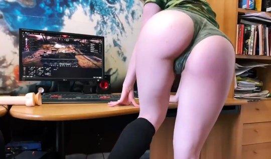 Девушка у себя дома снимает домашнюю мастурбацию и кончает в онлайн режиме