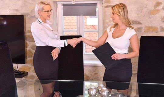 Зрелые лесбиянки ради оргазма занимаются сексом на большом с...