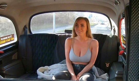 Таксист соблазнил пассажирку с большими сиськами на секс пря...