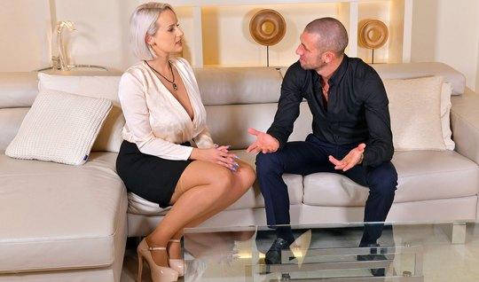 Мамочка блондинка раздвигает стройные ноги для секса с молодым трахарем