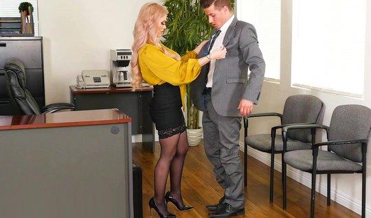 Татуированная блондинка в чулках прямо в офисе кончает и при...