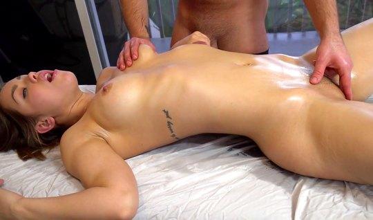 Парень сделал массаж брюнетке и трахнул ее членом прямо на к...