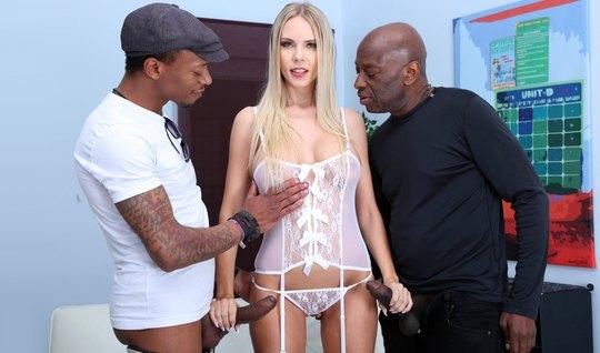 Во время кастинга два негра подарили блондинке двойное прони...