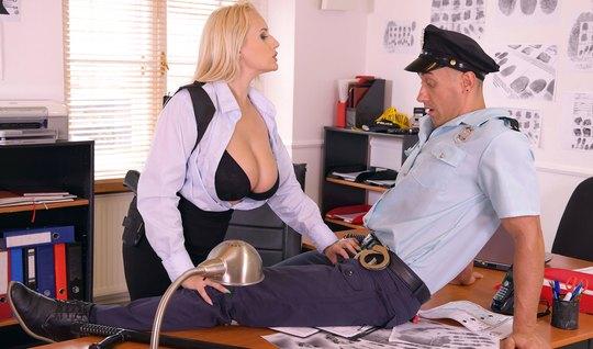 Женщина в офисе раздвинула ноги и показала большие сиськи пе...