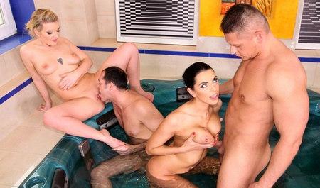 Групповушка со спортивными телками в ванной