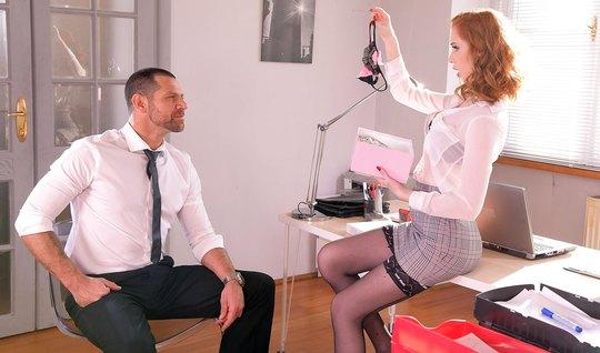Рыжая развратница в юбочке прямо в офисе подставляет тугую дырку для любви