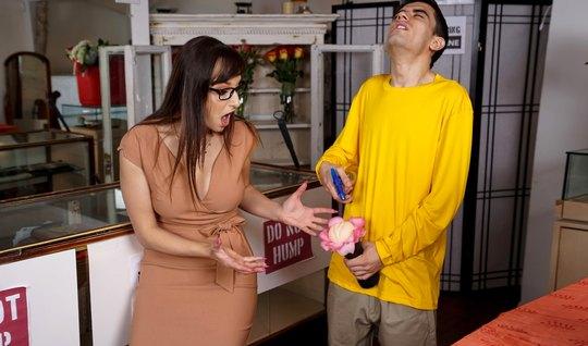 Парень трахает сексуальную мамочку членом и доводит ее до эк...