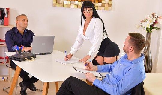 В офисе женщина получает от парней двойное проникновение...