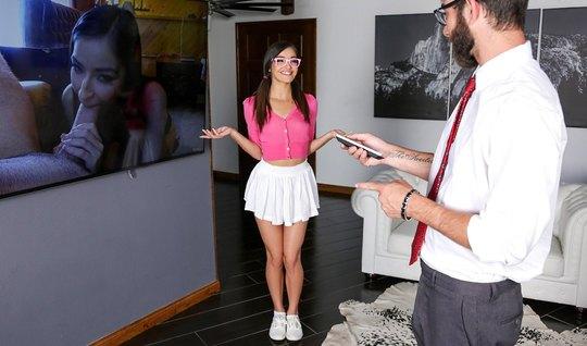 Молодая и худая девушка в очках скачет на члене брюнета в очках